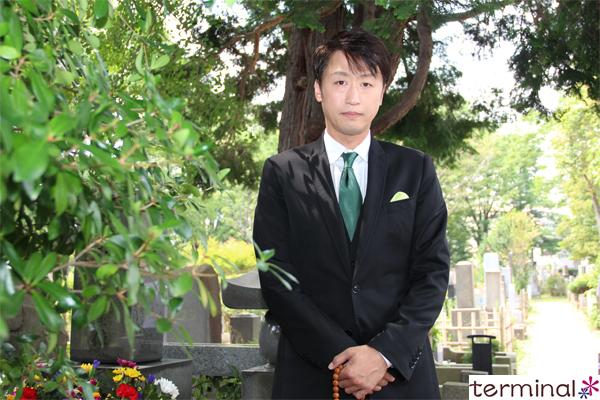 市川月乃助が初代喜多村緑郎の墓をお参りし、襲名を報告しました