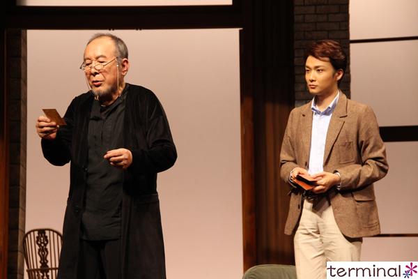 橋爪功と井上芳雄の二人芝居『謎の変奏曲』上演中!舞台写真公開